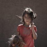 Κορίτσι επαιτών με την κούκλα Στοκ φωτογραφία με δικαίωμα ελεύθερης χρήσης