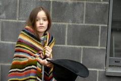 Κορίτσι επαιτών που ζητά λίγα χρήματα Στοκ φωτογραφία με δικαίωμα ελεύθερης χρήσης