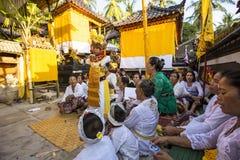 Κορίτσι επτάχρονων παιδιών οικογενειακού εορτασμού που χορεύει σε μια έκσταση, Nusa Penida, Ινδονησία Στοκ Εικόνα