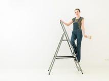 Κορίτσι εργασίας σε μια σκάλα στοκ εικόνες