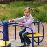 κορίτσι ευτυχές λίγη ταλάντευση Στοκ φωτογραφία με δικαίωμα ελεύθερης χρήσης