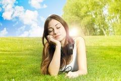 Κορίτσι ευτυχίας που απολαμβάνει τη φύση στοκ εικόνα