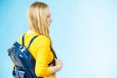 Κορίτσι εφήβων με το σχολικό σακίδιο πλάτης στοκ φωτογραφίες