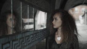 Κορίτσι εφήβων που εξετάζει την αντανάκλασή της στα τεμάχια καθρεφτών στον τοίχο στην οδό Πολλοί καθρέφτες και κατάθλιψη λυπημένο φιλμ μικρού μήκους