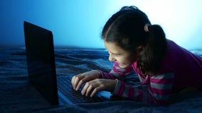 Κορίτσι εφήβων που εργάζεται στο lap-top, το παιχνίδι Διαδικτύου στο σε απευθείας σύνδεση παιχνίδι ψυχαγωγίας απόθεμα βίντεο