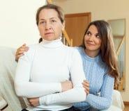 Κορίτσι εφήβων που ζητά τη συγχώρεση από τη μητέρα της Στοκ Φωτογραφίες