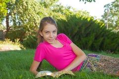 Κορίτσι εφήβων που διαβάζει τη Βίβλο υπαίθρια Στοκ Φωτογραφίες