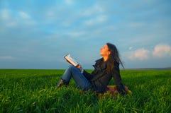 Κορίτσι εφήβων που διαβάζει τη Βίβλο υπαίθρια στοκ φωτογραφία με δικαίωμα ελεύθερης χρήσης