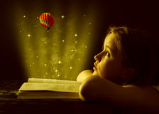 Κορίτσι εφήβων που διαβάζει το βιβλίο. Εκπαίδευση Στοκ Φωτογραφία