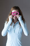 Κορίτσι εφήβων που κοιτάζει μέσω των καρδιών Στοκ Εικόνα