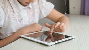 Κορίτσι εφήβων που κρατά έναν ψηφιακό υπολογιστή ταμπλετών απόθεμα βίντεο