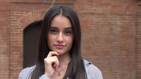 Κορίτσι εφήβων που κλείνει το μάτι και που φλερτάρει απόθεμα βίντεο