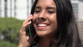 Κορίτσι εφήβων που μιλά στο τηλέφωνο κυττάρων φιλμ μικρού μήκους