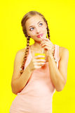 Κορίτσι εφήβων που πίνει το χυμό από πορτοκάλι Στοκ Εικόνα