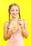 Κορίτσι εφήβων που πίνει το χυμό από πορτοκάλι Στοκ φωτογραφία με δικαίωμα ελεύθερης χρήσης