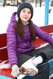 Κορίτσι εφήβων που τίθεται στα σαλάχια πριν από το πατινάζ πάγου Στοκ εικόνα με δικαίωμα ελεύθερης χρήσης