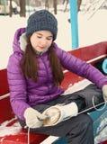 Κορίτσι εφήβων που τίθεται στην αίθουσα παγοδρομίας πάγου μποτών σαλαχιών Στοκ Εικόνες