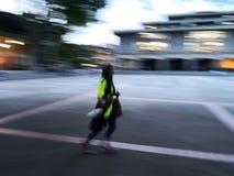 Κορίτσι εφήβων που τρέχει πολύ γρήγορα κατά τη διάρκεια της νύχτας σούρουπου με την επείγουσα ανάγκη και τη βιασύνη στοκ εικόνα