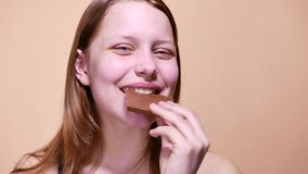 Κορίτσι εφήβων που τρώει μια σοκολάτα 4k UHD απόθεμα βίντεο