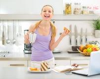Κορίτσι εφήβων που τρώει τη φρυγανιά με την κρέμα σοκολάτας Στοκ Φωτογραφίες
