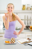 Κορίτσι εφήβων που τρώει τη φρυγανιά με την κρέμα σοκολάτας Στοκ Εικόνες