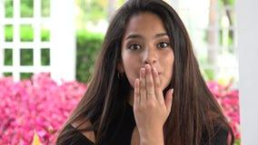 Κορίτσι εφήβων που φυσά ένα φιλί και ένα κλείσιμο του ματιού απόθεμα βίντεο