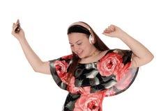 Κορίτσι εφήβων που χορεύει με τη μουσική από το ακουστικό της στοκ φωτογραφία με δικαίωμα ελεύθερης χρήσης