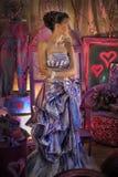 κορίτσι εφήβων σε ένα φωτεινό χρωματισμένο φόρεμα βραδιού Στοκ Φωτογραφίες
