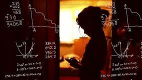 Κορίτσι εφήβων σπουδαστών που μελετά στο τηλέφωνο ελεύθερη απεικόνιση δικαιώματος