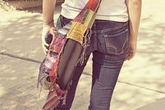 Κορίτσι εφήβων στα τζιν με το τηλέφωνο κυττάρων στοκ φωτογραφίες με δικαίωμα ελεύθερης χρήσης