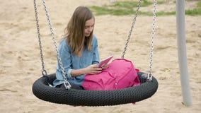 Κορίτσι εφήβων στην ταλάντευση απόθεμα βίντεο