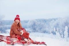 Κορίτσι εφήβων στο καρό στο χιόνι στοκ φωτογραφίες
