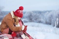 Κορίτσι εφήβων στο καρό στο χιόνι στοκ εικόνες