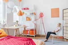 Κορίτσι εφήβων στο σύγχρονο δωμάτιο Στοκ Εικόνες