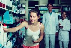 Κορίτσι εφήβων στο φαρμακείο στοκ εικόνα