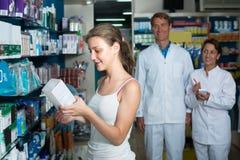 Κορίτσι εφήβων στο φαρμακείο στοκ φωτογραφία