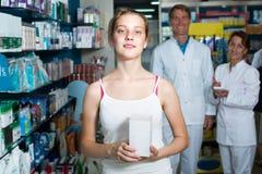 Κορίτσι εφήβων στο φαρμακείο στοκ φωτογραφίες