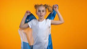 Κορίτσι εφήβων της Νίκαιας που πηδά με την αργεντινή σημαία ενθαρρυντική για την αγαπημένη ομάδα ποδοσφαίρου απόθεμα βίντεο