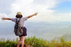 Κορίτσι εφήβων τουριστών Chi FA Phu στο βουνό στοκ εικόνα με δικαίωμα ελεύθερης χρήσης