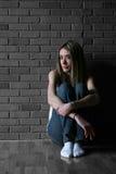 κορίτσι εφηβικός επάνω γονάτων της Στοκ Φωτογραφία