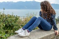 κορίτσι εφηβικός Συνεδρίαση Όψη Υπαίθρια σκηνή στοκ φωτογραφία με δικαίωμα ελεύθερης χρήσης