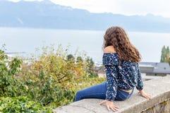 κορίτσι εφηβικός Συνεδρίαση Όψη υπαίθριος στοκ φωτογραφίες