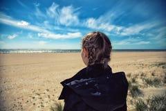 κορίτσι ελευθερίας αυτοκινήτων αυτή που κοιτάζει κοντά στη θάλασσα Στοκ Φωτογραφία