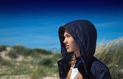 κορίτσι ελευθερίας αυτοκινήτων αυτή που κοιτάζει κοντά στη θάλασσα Στοκ Εικόνα