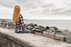κορίτσι ελευθερίας αυτοκινήτων αυτή που κοιτάζει κοντά στη θάλασσα Στοκ φωτογραφία με δικαίωμα ελεύθερης χρήσης