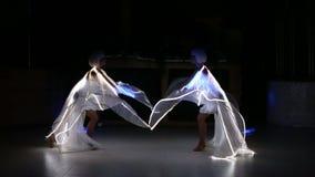 κορίτσι ηθοποιών στο λευκό με τα φτερά των οδηγήσεων απόθεμα βίντεο