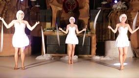 Κορίτσι ηθοποιών στο λευκό φιλμ μικρού μήκους