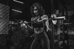 Κορίτσι ικανότητας που ασκεί με το barbell στη γυμναστική στοκ φωτογραφία με δικαίωμα ελεύθερης χρήσης