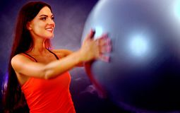 Κορίτσι ικανότητας που ασκεί στη γυμναστική με το fitball Στοκ Φωτογραφίες