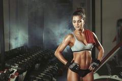 Κορίτσι ικανότητας που στηρίζεται στη γυμναστική Στοκ φωτογραφία με δικαίωμα ελεύθερης χρήσης
